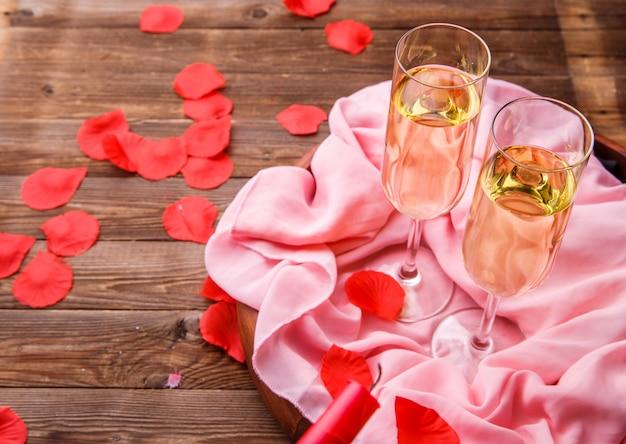 Festliches abendessen mit rosenblättern