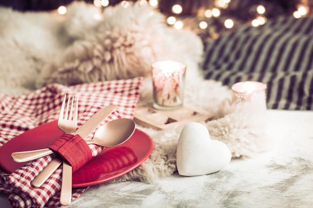 Festliches abendessen zum valentinstag auf einem hölzernen hintergrundbesteck