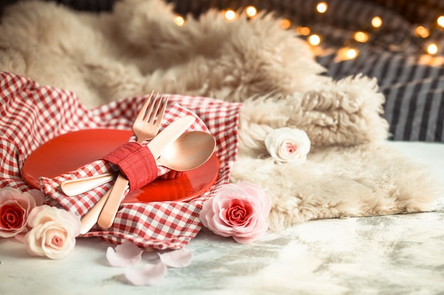 Festliches abendessen zum valentinstag auf einem hölzernen tischbesteck