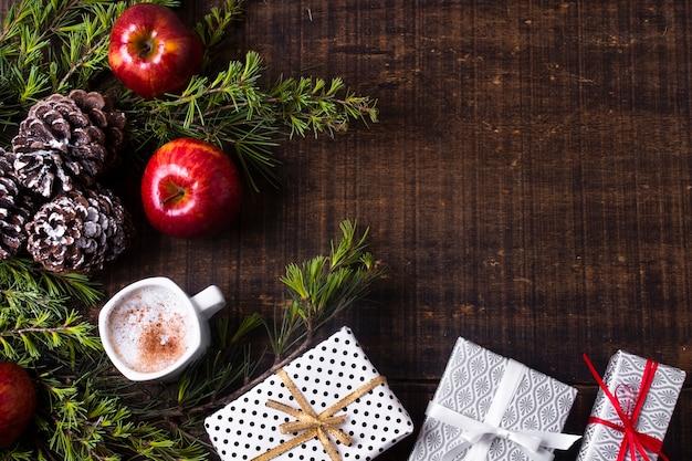 Festliches arrangement mit weihnachtsgeschenken