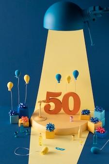 Festliches arrangement zum 50. geburtstag mit luftballons