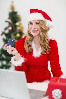 Festliches blondes einkaufen online mit laptop