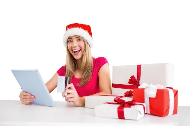 Festliches blondes einkaufen online mit tablette