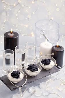 Festliches buffet mit wodka und schwarzem kaviar