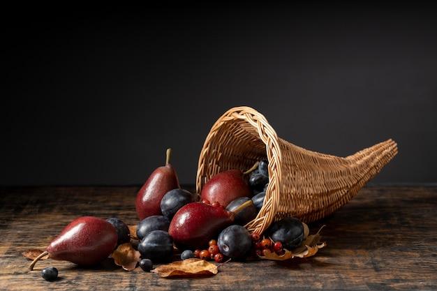Festliches füllhorn-arrangement mit leckeren früchten