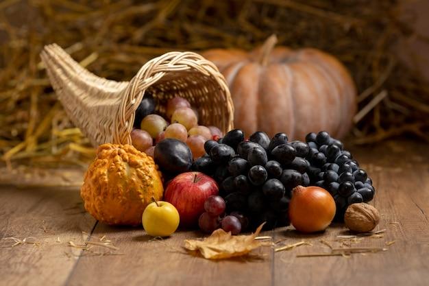 Festliches füllhorn-sortiment mit leckeren früchten