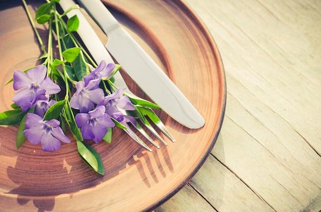 Festliches gedeck mit lila blüten.