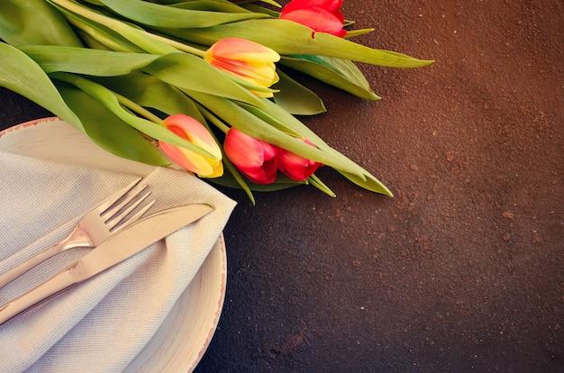 Festliches gedeck mit tulpen zum geburtstag