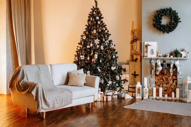 Festliches interieur mit geschmücktem weihnachtsbaum und kamin