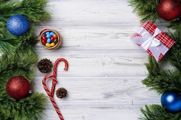 Festliches konzept mit zuckerstangen und weihnachtskugeln