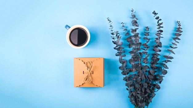 Festliches layout mit kaffee und eukalyptus.