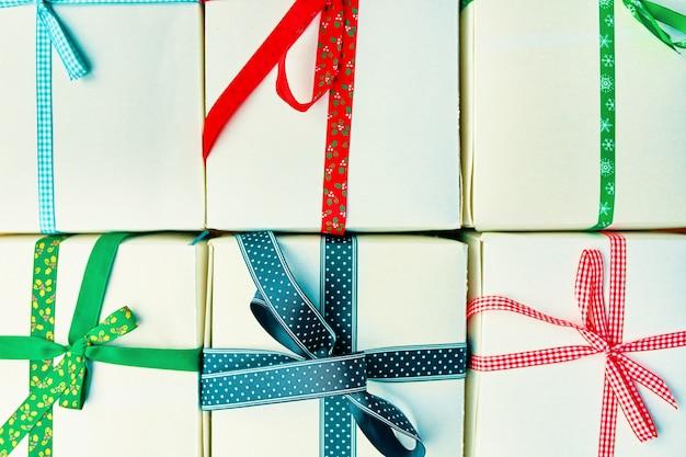 Festliches muster von geschenkboxen mit bandzusammensetzung für weihnachtshintergrund, neujahr oder geburtstag...