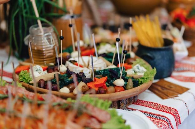 Festliches salzbuffet, fisch, fleisch, pommes, käsebällchen und andere spezialitäten