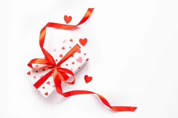 Festliches st. valentne tageskonzept mit geschenkbox auf weißem hintergrund. draufsicht, kopierraum.