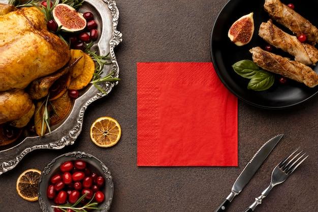 Festliches weihnachtsgerichtssortiment mit leerer roter serviette
