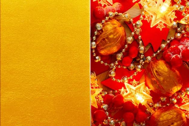 Festliches weihnachtsgoldener hintergrund mit roten weihnachtsdekorationen