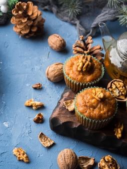 Festlichkeit des weihnachten und des neuen jahres - gewürzte karottenmuffins mit topf des grünen tees