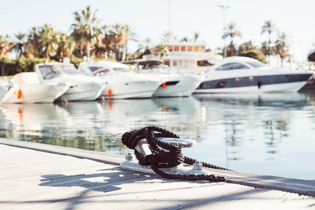 Festmachendes yachtseil gebunden um eine klemme