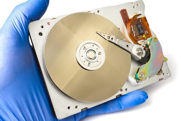 Festplatte in den händen des masters.