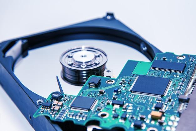 Festplatte. innenseite der festplatte - magnetplatte mit lesekopf und motherboard.