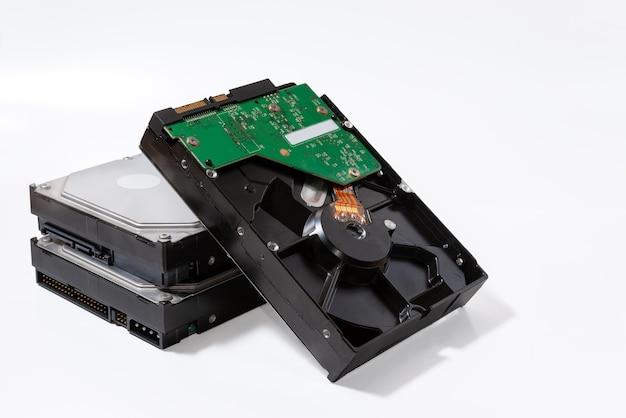 Festplatte - sata 3.5-festplattenlaufwerk sind auf weißer oberfläche übereinander gestapelt.