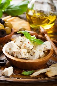 Feta in würfel geschnitten mit oliven
