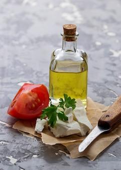 Feta-käse mit tomaten und öl.