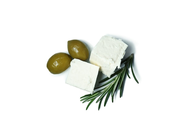 Feta-käse, oliven und rosmarin isoliert auf weiß