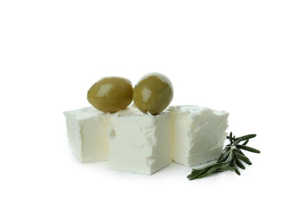 Feta-käse, oliven und rosmarin isoliert auf weißer oberfläche