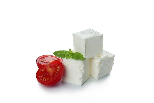 Feta-käsestücke isoliert auf weiß