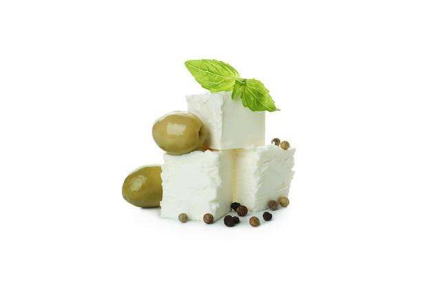 Feta-käsestücke isoliert auf weißer oberfläche