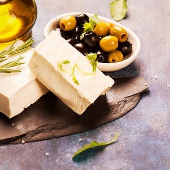 Feta mit frischen kräutern, schwarzen und grünen oliven