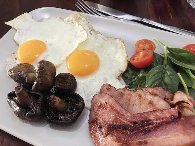 Fettarmes, fettreiches, ketogenes diätfutter, gesundes frühstück