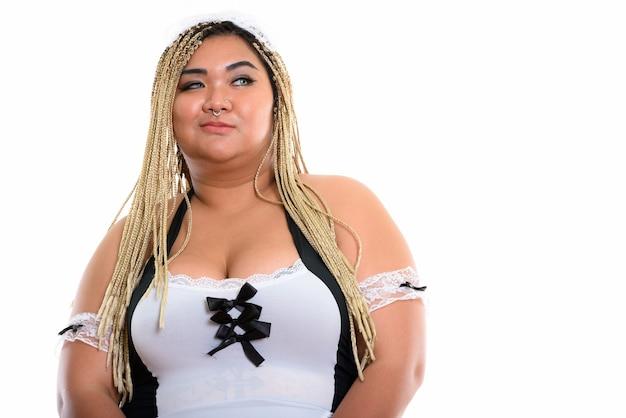 Fette asiatische putzfrau, die entfernt denkt und schaut