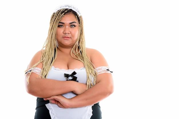Fette asiatische putzfrau mit verschränkten armen beim tragen des sexy dienstmädchenkostüms