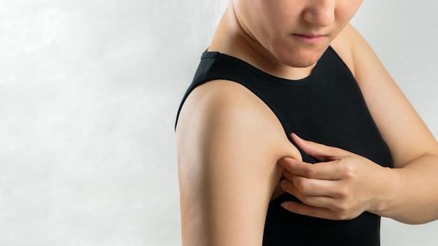 Fette frau, die ihre achselhöhle oder unterarmfetthaut zieht, frau diätlebensstilkonzept