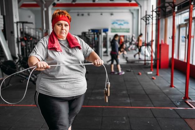 Fette verschwitzte frau, fitnessübung mit seil
