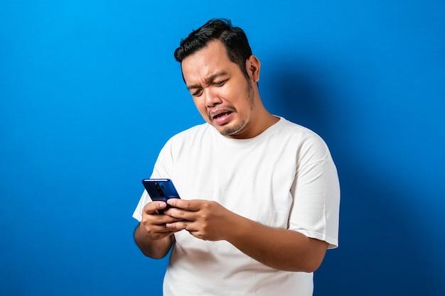 Fetter asiatischer typ trägt ein weißes t-shirt isoliert