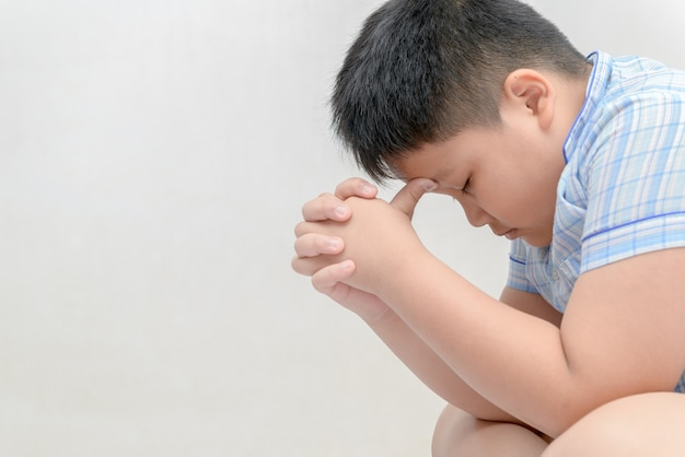 Fetter junge ist stress und kopfschmerzen.