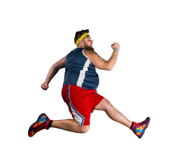 Fetter sportler, der über weiße fläche läuft