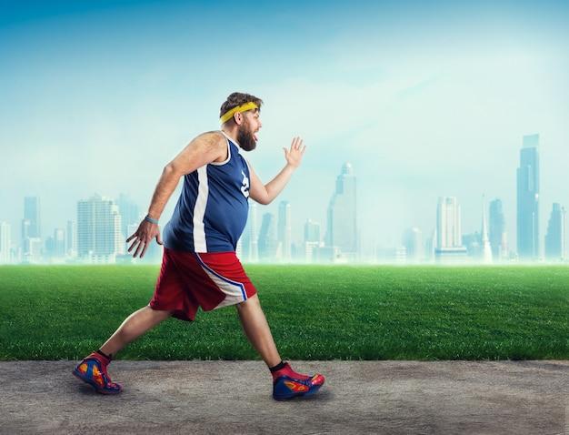 Fetter sportler läuft unter freiem himmel