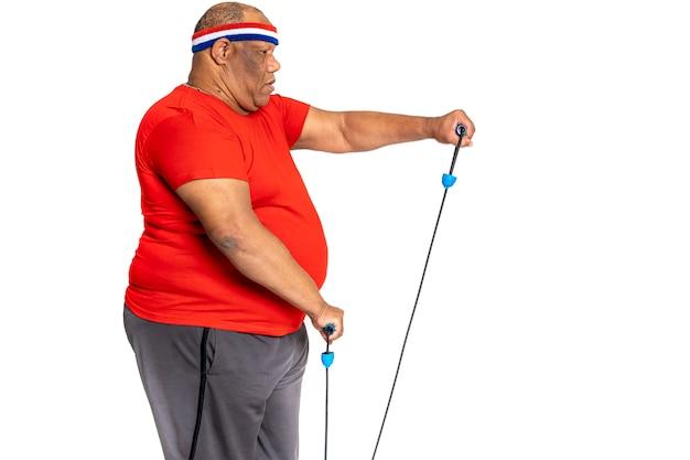 Fetter und beleibter mann trainiert, um gewicht zu verlieren