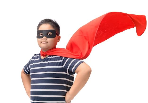 Fettes kind spielt den superhelden, der auf weiß getrennt wird