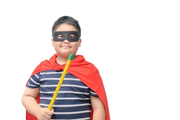 Fettes kind spielt den superhelden, der auf weißem hintergrund getrennt wird