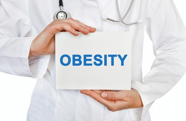 Fettleibigkeitskarte in den händen des arztes