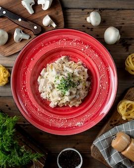 Fettuccine alfredo mit hähnchen-pilz-parmesan und kräutern