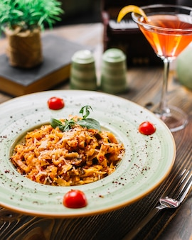 Fettuccine pasta huhn pilz parmesan tomate minze sumakh cocktail seitenansicht