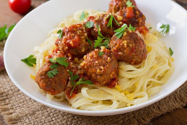 Fettuccine pasta mit fleischbällchen in tomatensauce