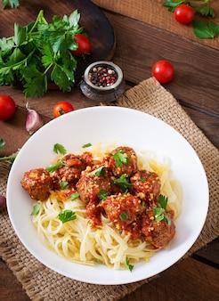 Fettuccine-teigwaren mit fleischklöschen in der tomatensauce