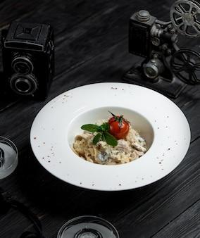 Fettucine mit sahnesauce tomate und grün